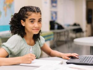 Une bénévole Passeport inspire les jeunes filles par son amour des mathématiques